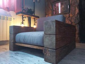 fotel z drewnianych belek