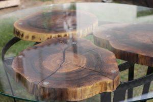 okrągły stół z plastrami orzecha zalanymi żywicą.