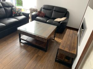 stolik drewniany ze szklanym blatem