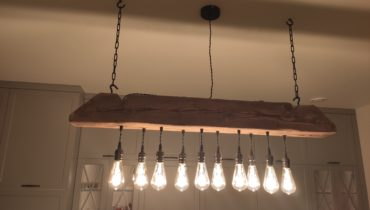 lampa na drewnianej belce