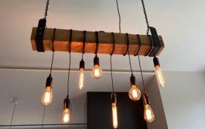 lampa loftowa na drewnianej belce